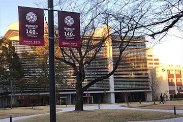 140周年記念フラッグ等を各キャンパスに設置しました