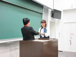 研究代表者 向井千秋 副学長から修了証書が授与されました